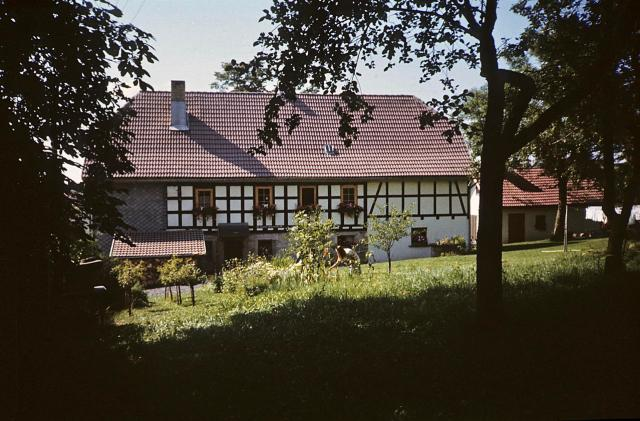 Die Rückseite des Pfarrhauses mit kleinem Pfarrgarten.