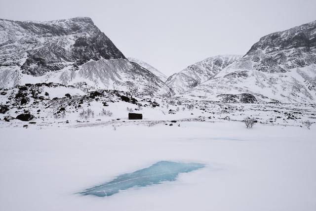 Efter en dags framfärd i ett svartvitt landskap uppenbarade sig en fläck renblåst is likt en hägring