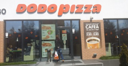Intrarea în Dodo Pizza Braşov.
