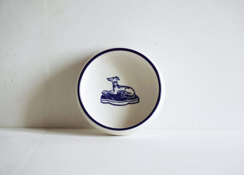 Porcelain flat bowl with a dog