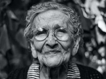 elder-tech-woman-senior