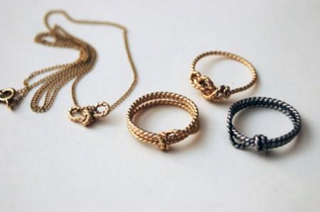 anello in oro con nodo