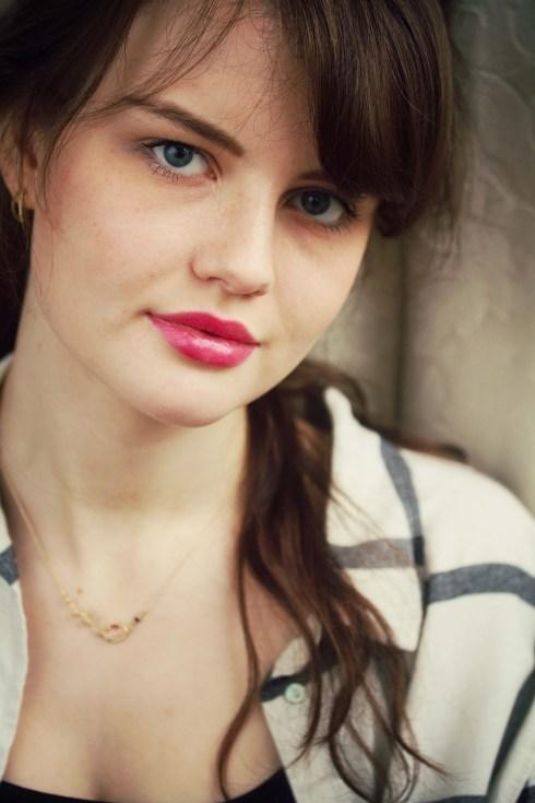 brunette-wearing-black-cream-shirt-hm