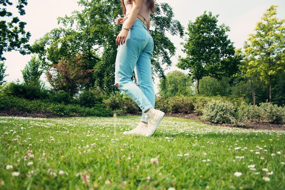 Teen blogger wearing Top Shop Mom jeans