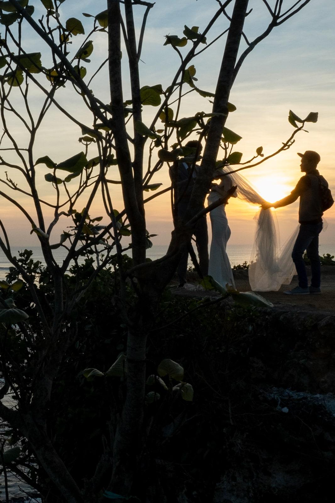 Bali : la Péninsule Sud - Balangan beach mariés au coucher de soleil | joliscarnets.net