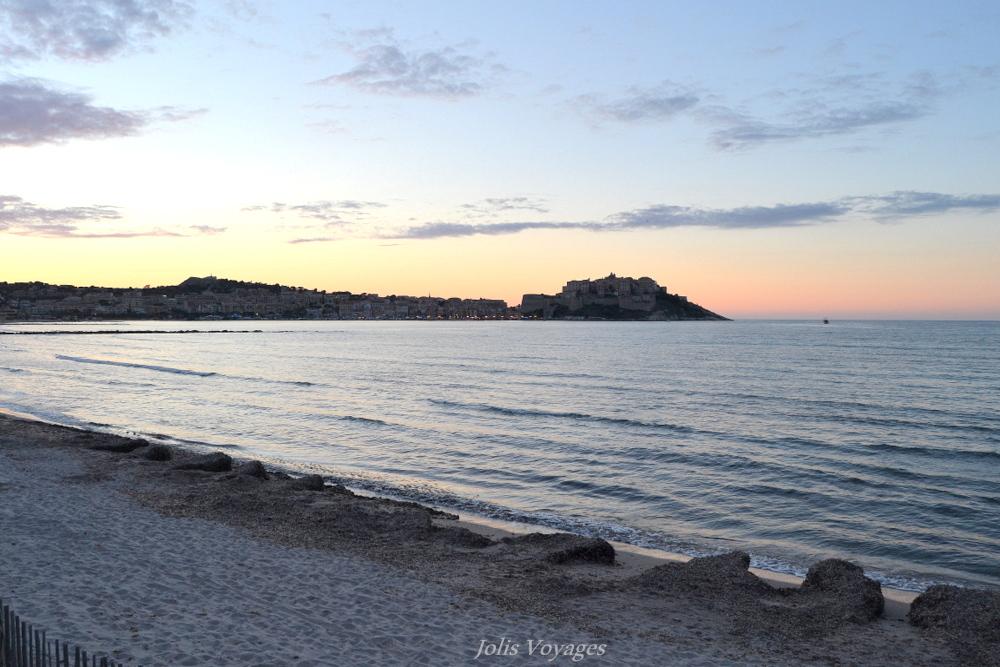 10 idees pour decouvrir la Haute Corse : la baie de Calvi au coucher du soleil #Corse #Plage #France #Voyage