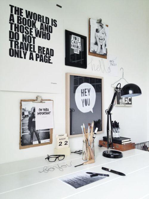 aménagement de bureau blanc et noir