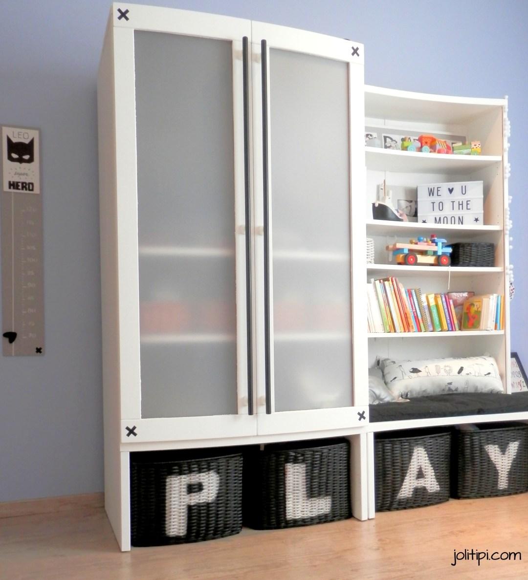 Meubles Stokke blancs, armoire et bibliothèque chambre enfant black and white, décoration de chambre garçon noir et blanc