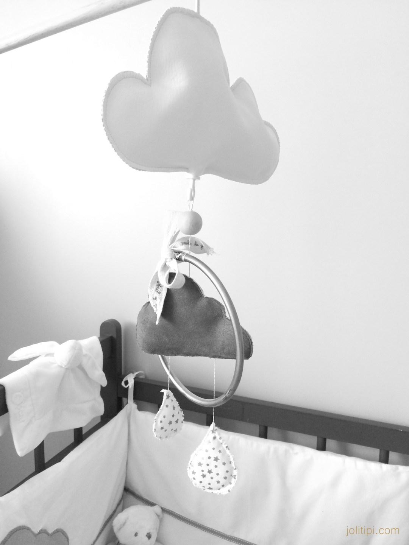Visite chambre bébé mobile nuage et larmes Joli Tipi