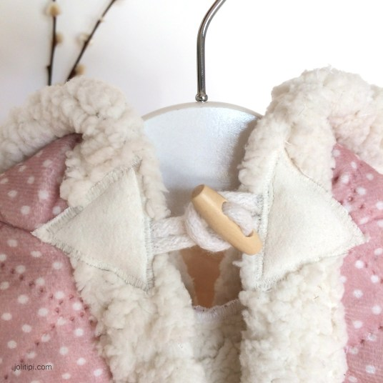 cape-bebe-rose-matelasse-fourrure-pompons-details