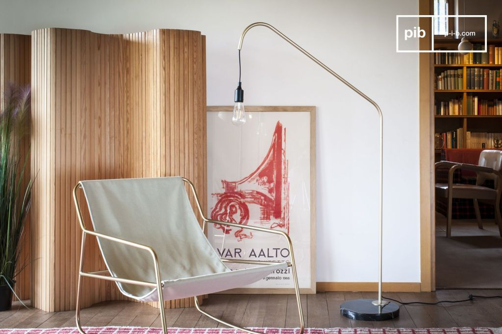 fauteuil à bascule laiton et liseuse laison minimaliste vintage