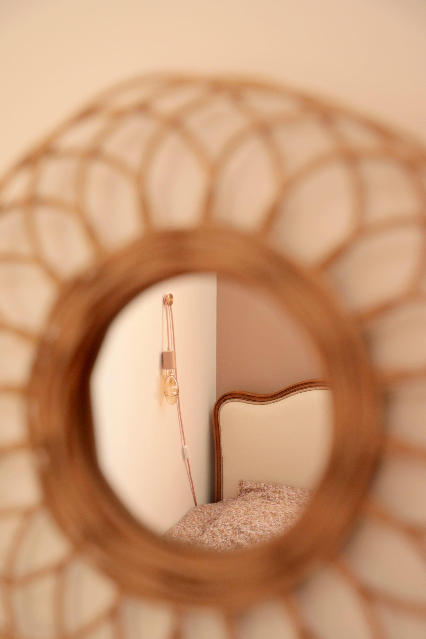 décoration chambre fille miroir rotin rond