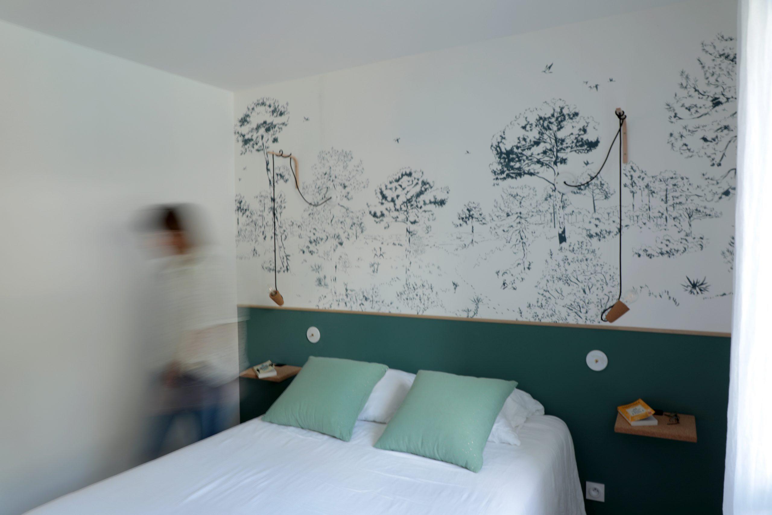 Chambre parentale décoration nuances de verts, papier peint panoramique