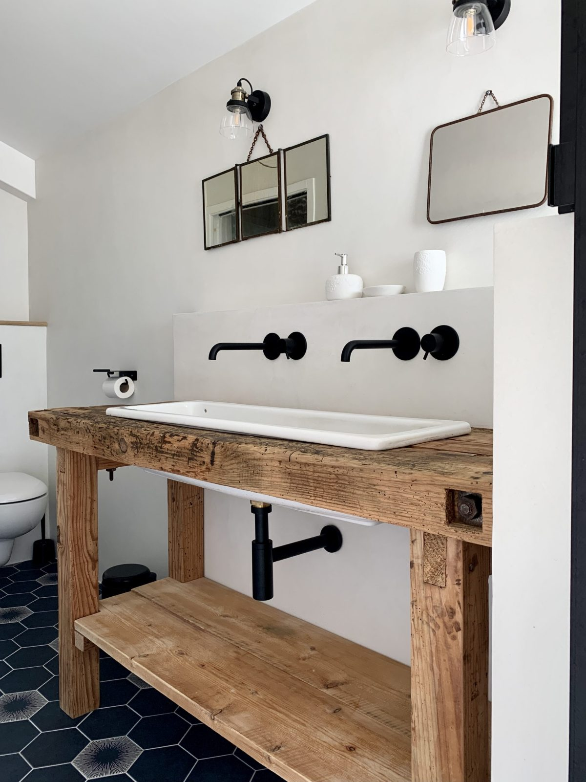 salle de bain rétro établi et évier chinés