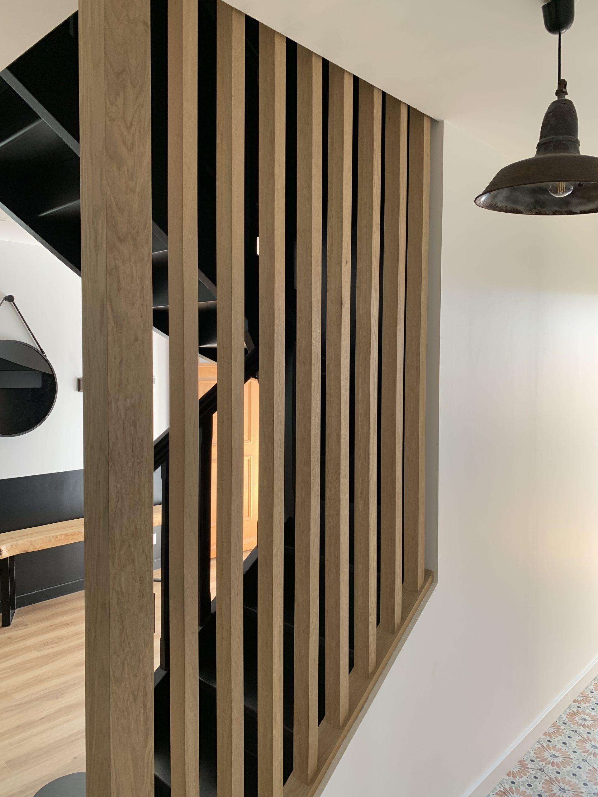 entrée escaliers noirs claustra bois