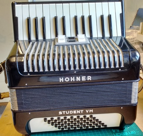 Hohner Student VM 48 bass piano accordion
