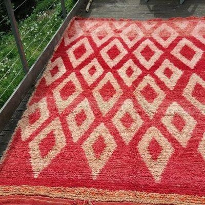 Tapis rouge à motifs losanges écrus