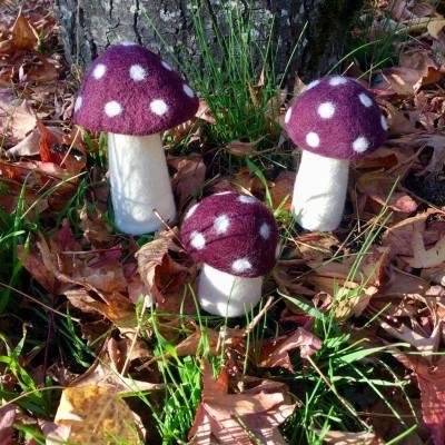champignons en feutre à pois couleur aubergine