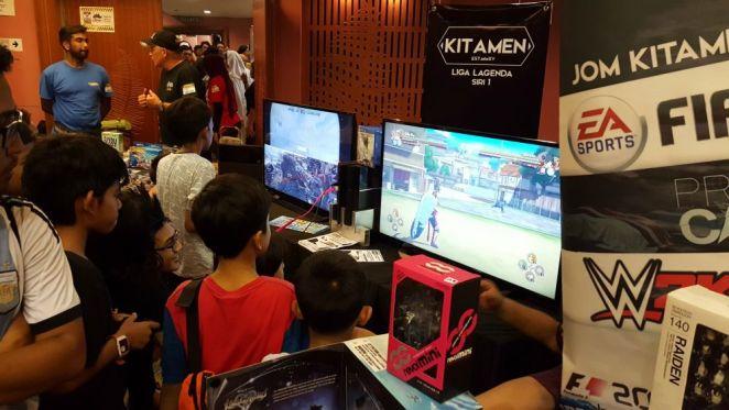 Meja gerai nih pula ada tempat khas untuk yang bermain PS4! Pilihlah nak main Star Wars Battlefront atau Naruto Shippuden!