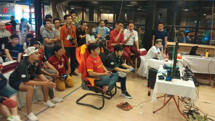Penonton asyik menonton perlawanan akhir. Kredit: PES League Asia