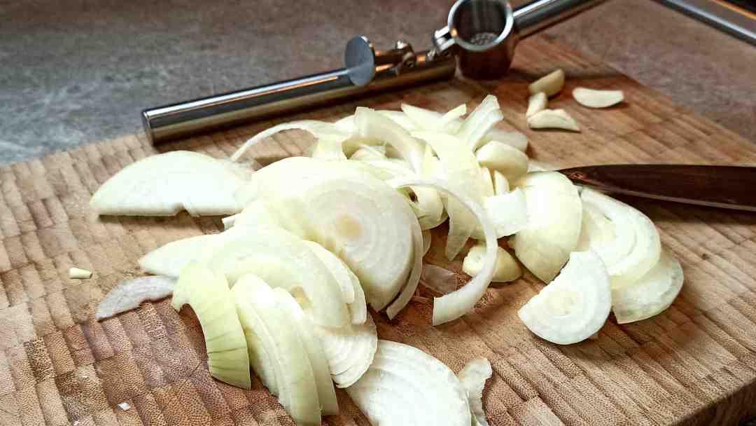 Couper les oignons en lamelles