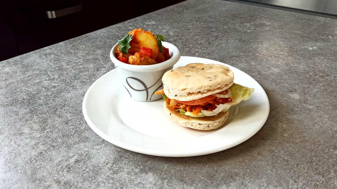 Burger au pain naan et poulet tikka masala et Bombay potatoes