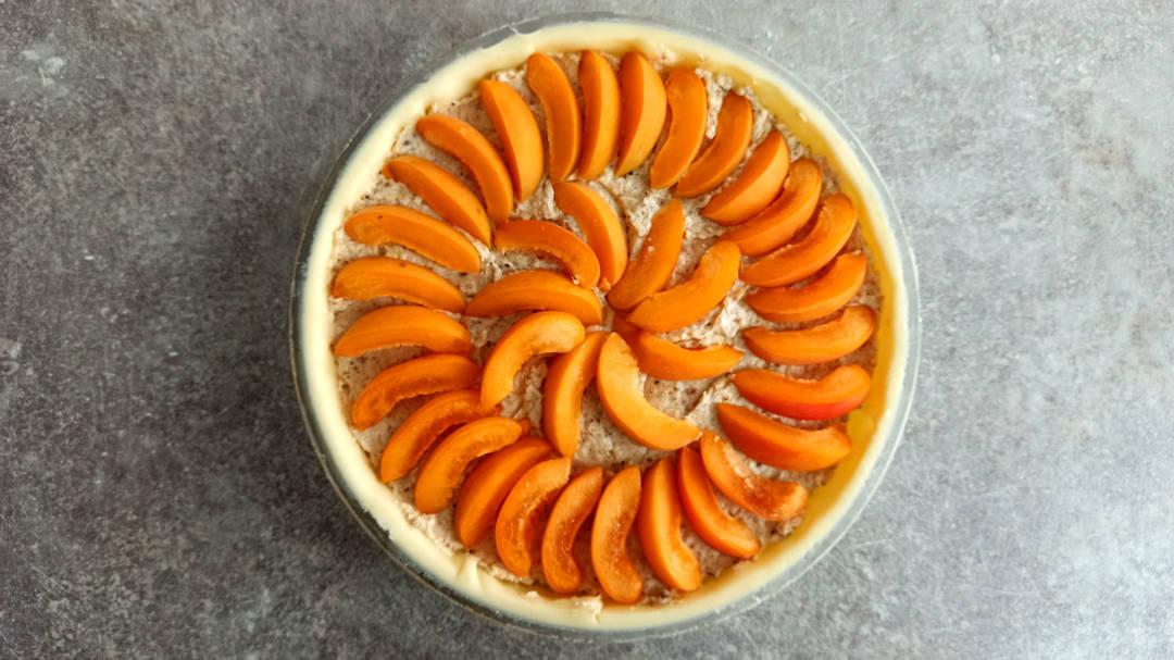 Déposer les morceaux d'abricots en éventail