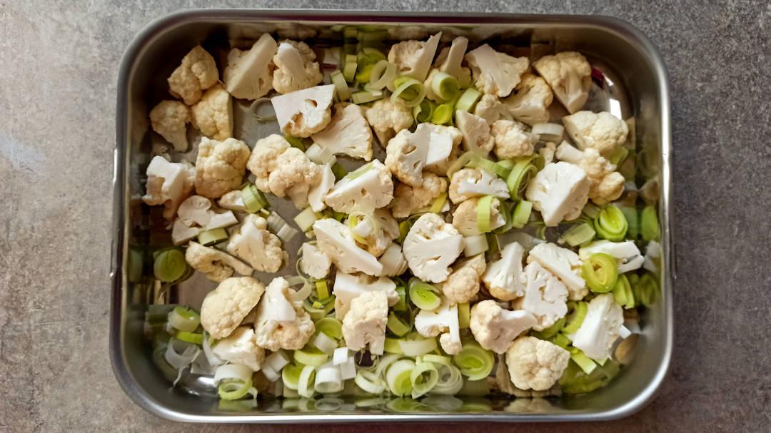Couper le poireau en rondelles et le chou fleur en bouchées
