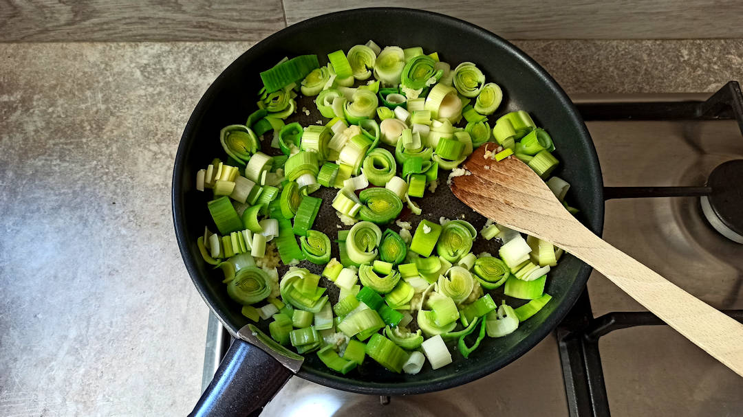 laisser cuire à feu doux pendant 10 à 15 minutes, jusqu'à ce que les poireaux soient tendres