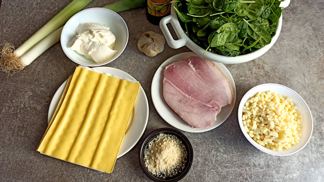 Les ingrédients de la lasagne au jambon épinards et poireaux