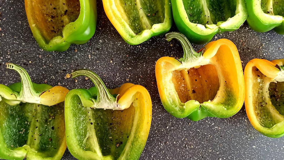 Couper les poivrons en deux