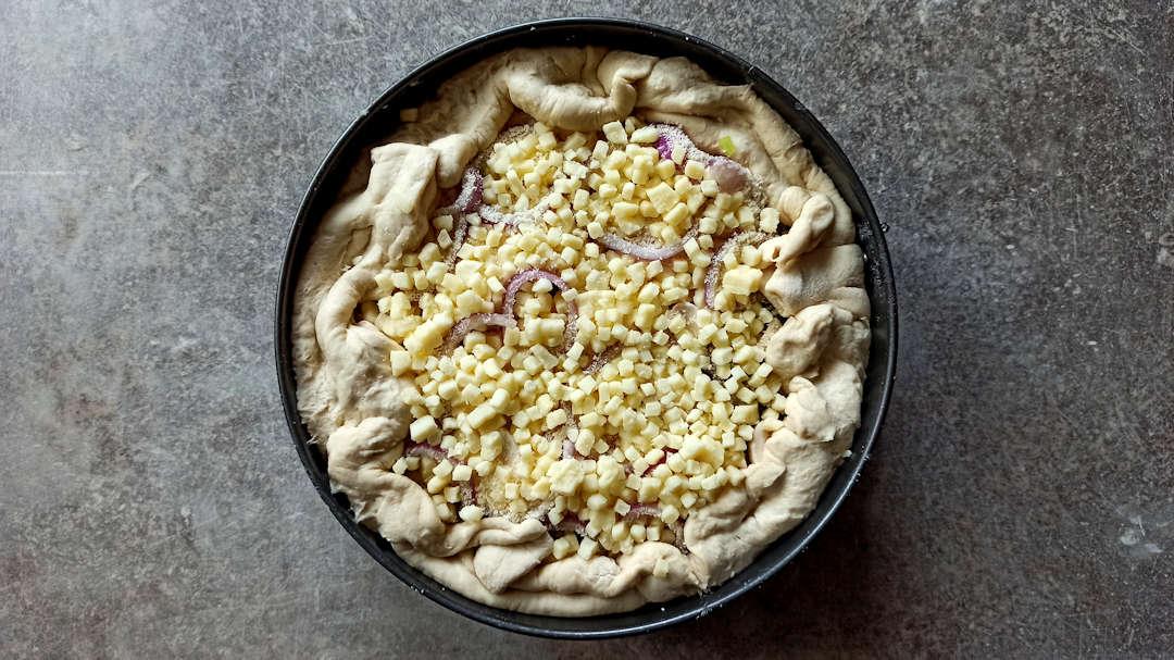Couvrir la partie ouverte avec le reste de mozzarella et de parmesan