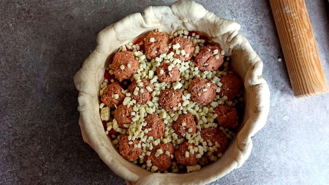 Répartir les boules de viandes sur le fond de la deep dish pizza