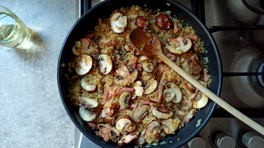 Ajouter le riz à feu moyen et mélanger pendant 2 minutes