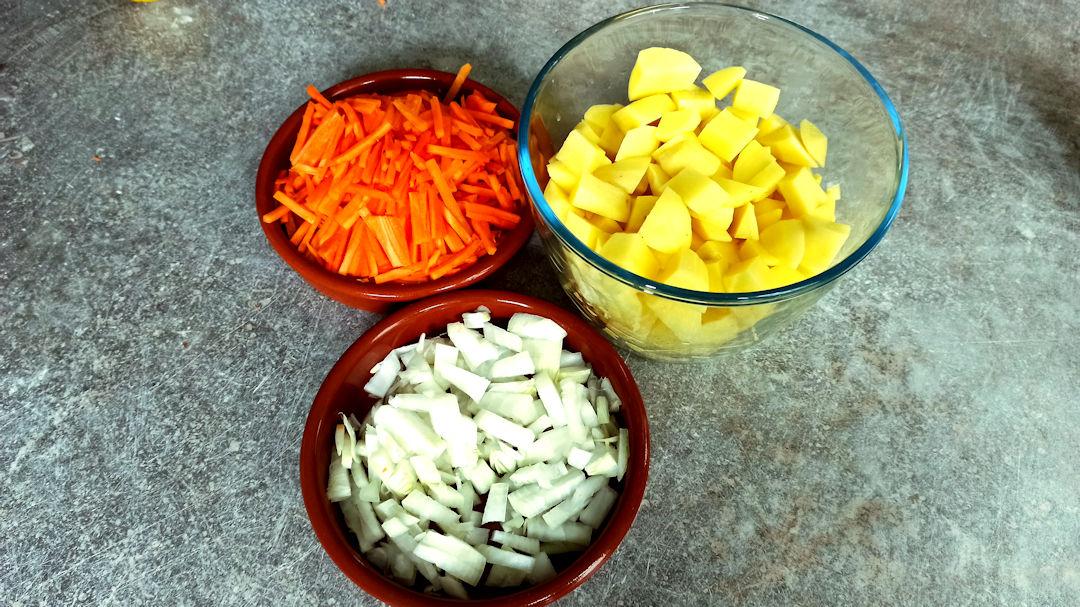 Eplucher les pommes de terre et les couper en dés