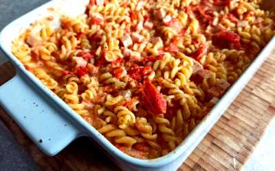 Fusili aux tomates rôties et au fromage à l'ail et aux fines herbes
