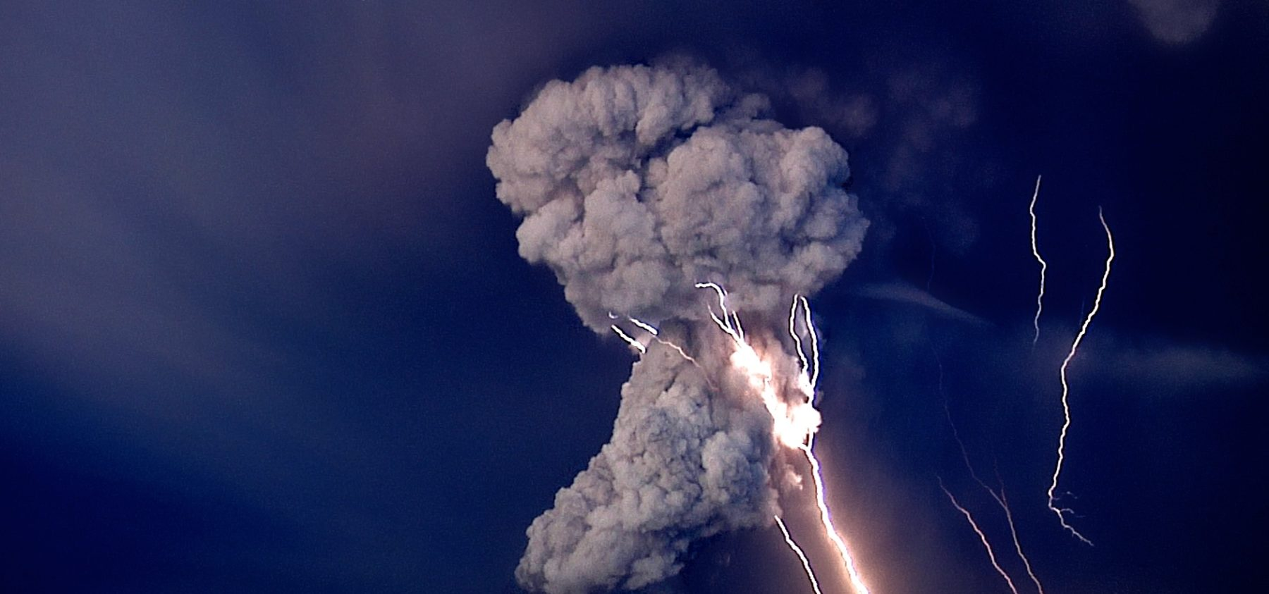volcanic eruptions in iceland In 2014, researchers captured stunning footage of iceland's biggest volcanic  eruption in 200 years the bárðarbunga eruption spewed a.