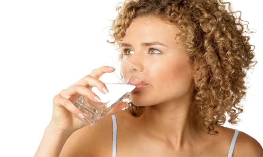 kobieta pijąca jonizowaną wodę