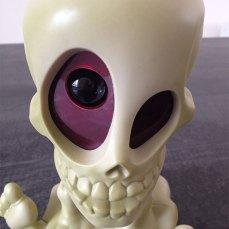 L'oeil du squelette, projette des fantômes aux mûrs.