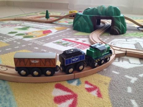Les trains brio sont des jouets pour les petits et les grands