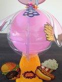 Une bulle en plastique protège les enfants lorsque le ballon explose.