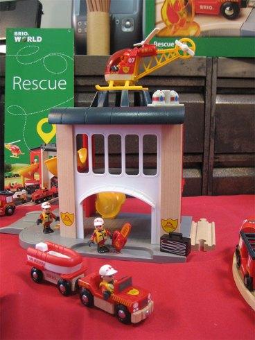 Caserne de pompiers Brio possédant un toboggan et son héliport.