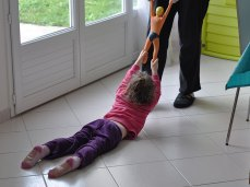 On peut même faire glisser les enfants sur le sol.