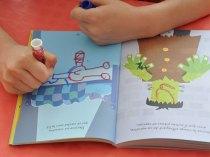Dans cette activité, l'enfant doit imaginer et dessiner un monstre sous le lit.