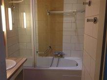 La salle de bain possède une baignoire à remous.