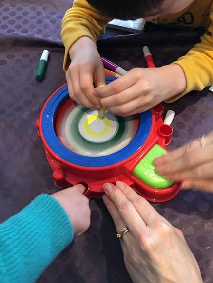 Cette activité de peinture est propre, pas de risque de s'en mettre sur les doigts.
