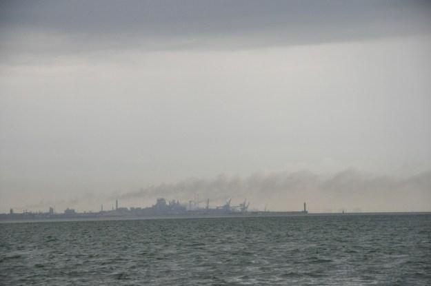 We laten Duinkerken achter ons. Zware industrie en luchtvervuiling.