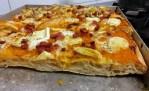 Pizza alta alveolata croccante con zucca fiordilatte brie e pancetta croccante