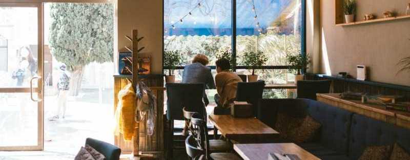 hitelesnek lenni kávézóban