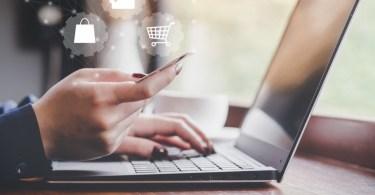 Femme sur ordinateur e-commerce